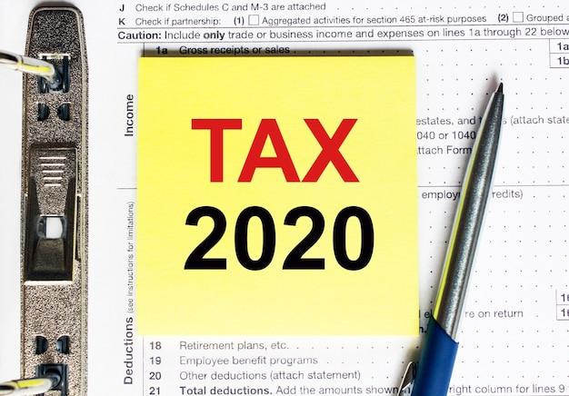 Gelbes papier mit textsteuer 2020, konzept