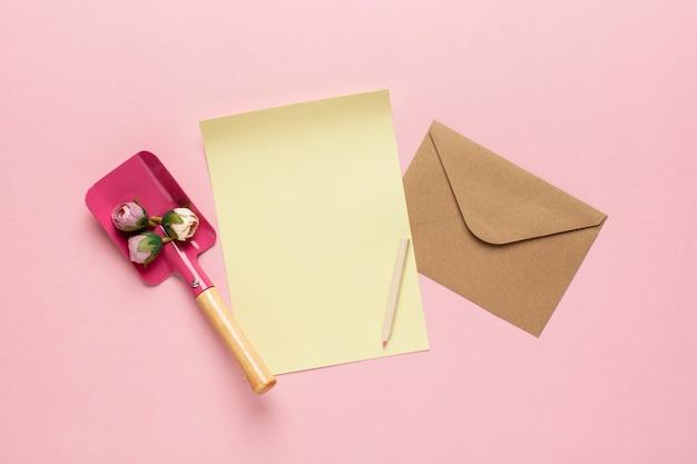 Gelbes papier mit umschlagschaufel mit blumen
