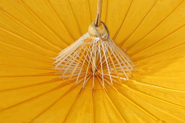Gelbes papier regenschirm