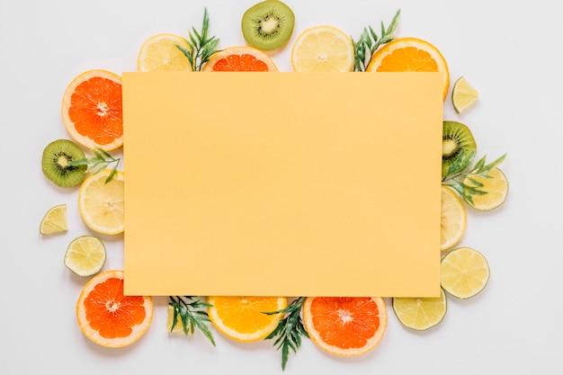 Gelbes papierblatt auf früchten und blättern