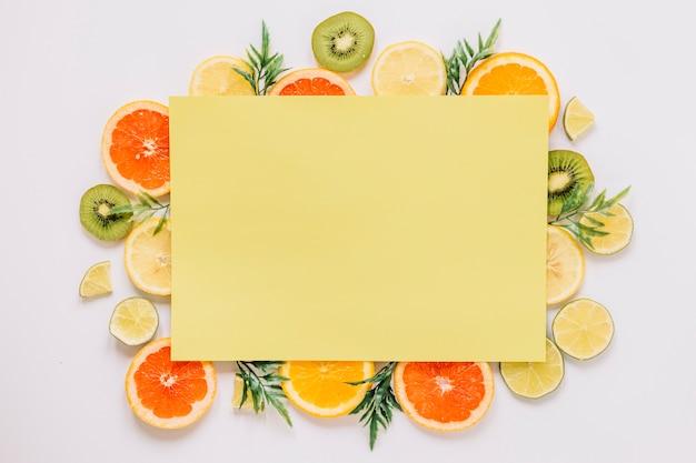 Gelbes papierblatt von reifen früchten