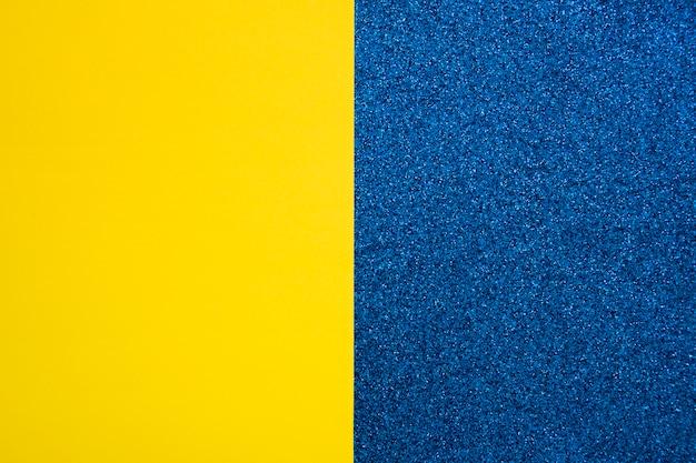 Gelbes papppapier auf blauem teppich