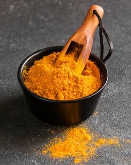 Gelbes pulver mit hohem winkel in der schüssel