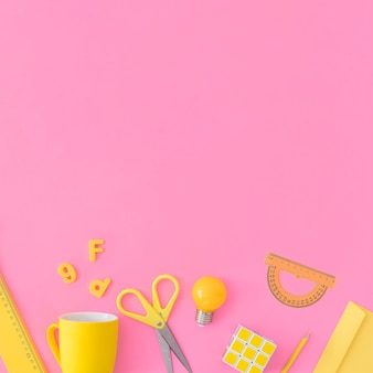 Gelbes schulzeug auf rosa