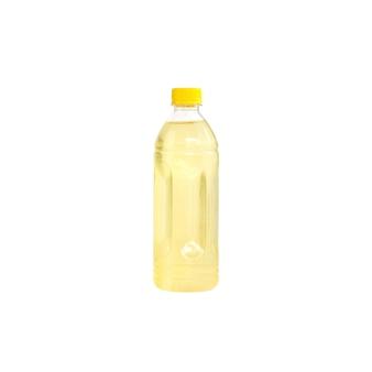 Gelbes sprudelwasser in einer plastikflasche isoliert