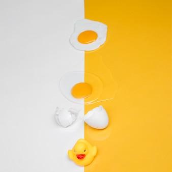 Gelbes stillleben mit ei
