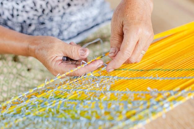 Gelbes stoffprodukt vom wurm
