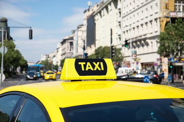 Gelbes taxi mit einem dame