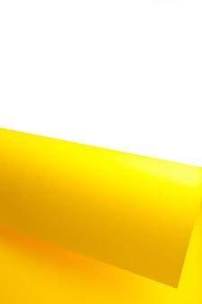 Gelbes und weißes farbpapier geometrisch