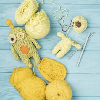 Gelbes wollgarn mit süßer puppe