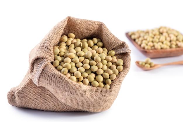 Gelbgrüne taiwanesische bio-sojabohnen ohne gvo, sojabohnen in einem isolierten behälter, nahaufnahme, schnittpfad.