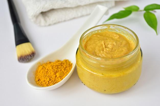 Gelbwurzgesichtsmaske im kleinen glas, aknehautbehandlung, naturkosmetik.