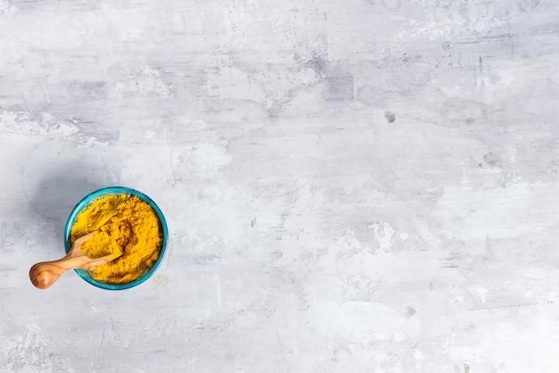 Gelbwurzkurkuma-pulverstapel lokalisiert auf steinhintergrund, draufsicht