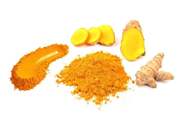 Gelbwurzpuder und frische gelbwurz (kurkuma) lokalisiert auf weißem hintergrund