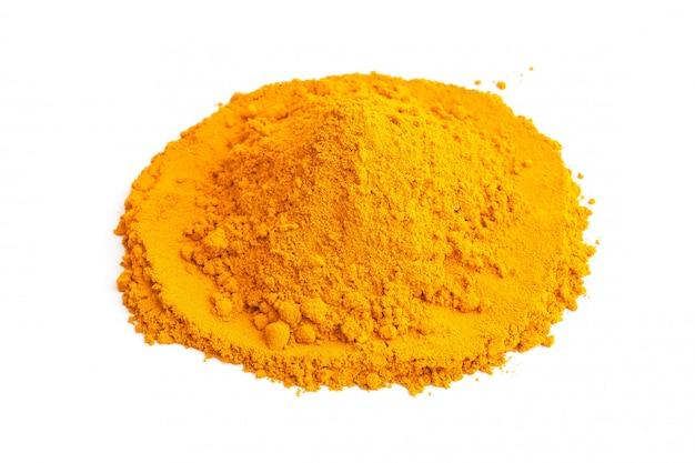 Gelbwurzpulver (kurkuma) auf weißem hintergrund. kräuter-