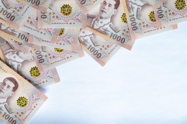Geld auf weißem hintergrund