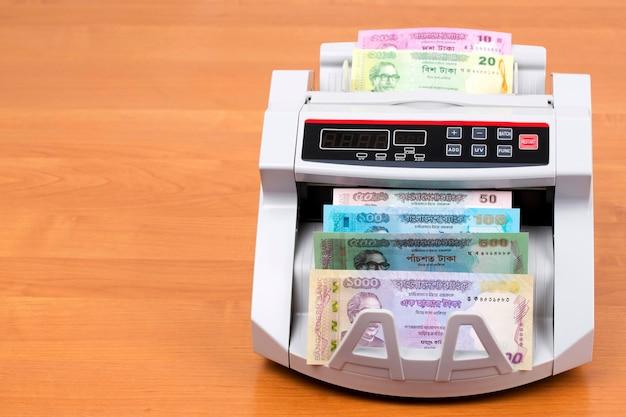 Geld aus bangladesch in einer zählmaschine