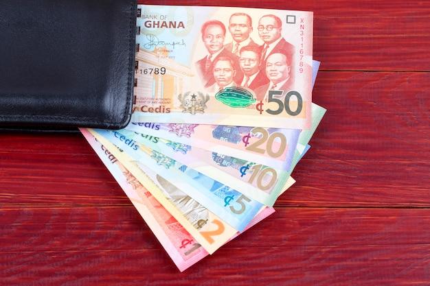 Geld aus ghana in der schwarzen brieftasche