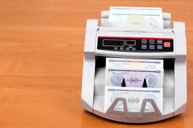 Geld aus kuba in einer zählmaschine