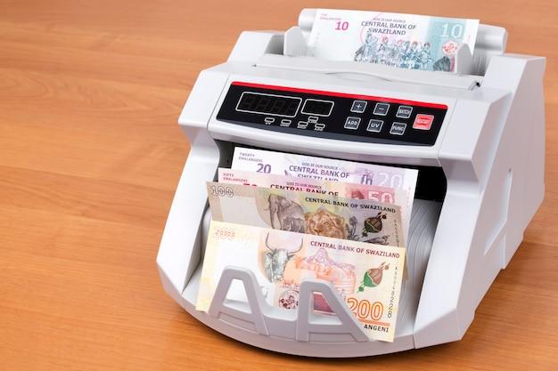 Geld aus swasiland in einer zählmaschine