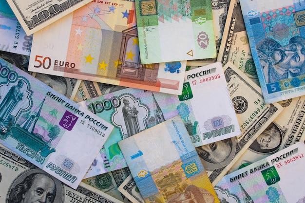 Geld aus verschiedenen ländern: dollar, euro, griwna, rubel