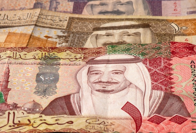 Geld, banknote von saudi-arabien-riyals im flachen fokus.