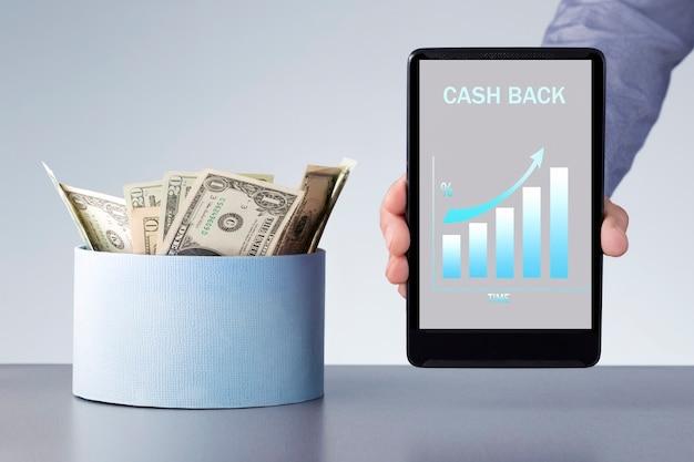 Geld cashback vom internet-shop. mann, der digitales tablett mit wachstumstabelle des bonus hält.