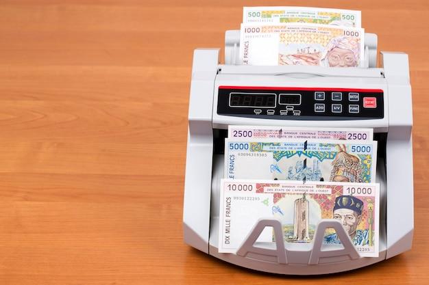 Geld der alten westafrikanischen staaten in der zählmaschine