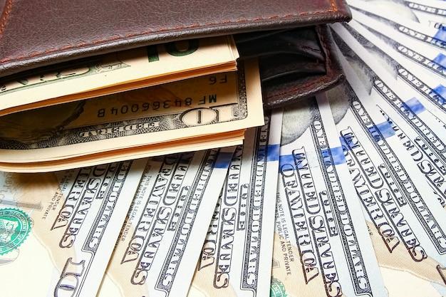 Geld dollar in geldbörse auf geldoberfläche
