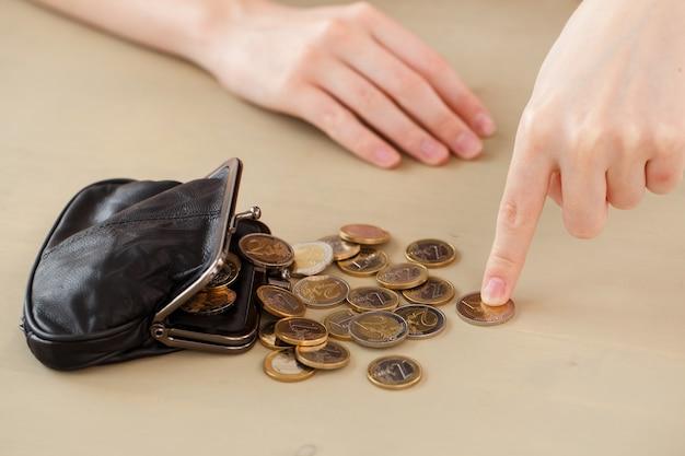 Geld, finanzen. frau mit geldbörse
