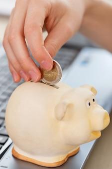 Geld, finanzen. frau mit schweinchen