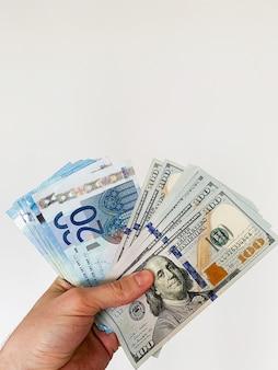 Geld finanzieren. mann, der hundert dollar banknoten für miete oder kauf flach hält