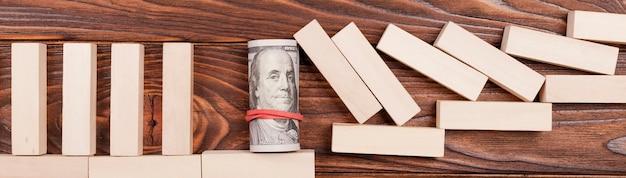 Geld gebunden mit gummiband, das gefallene stücke hält