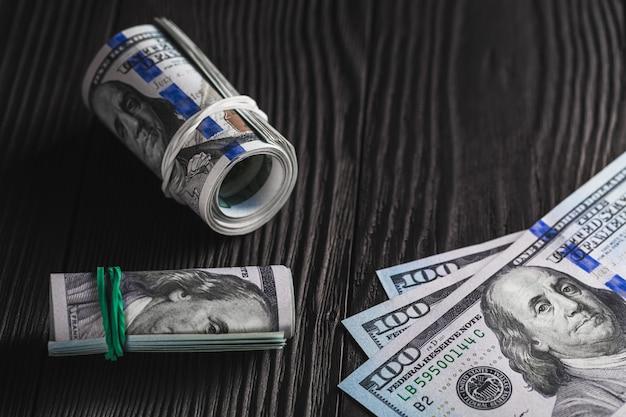 Geld getrennt auf hölzernem