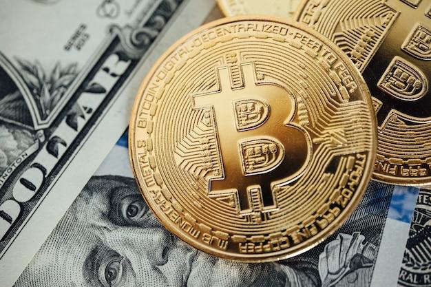 Geld-hintergrund. us-dollar mit euro-banknoten und bitcoin-kryptowährungs-investitionskonzept.