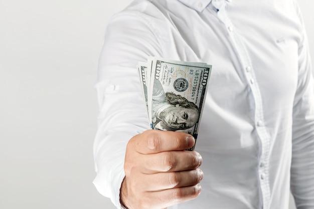 Geld in den händen eines geschäftsmannes