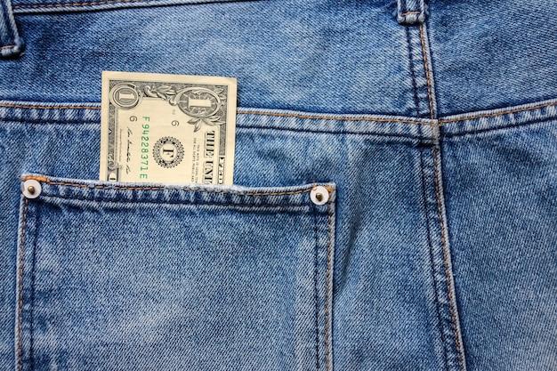 Geld in der hinteren blue jeans tasche denim textur.