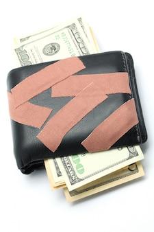 Geld in der mappe mit medizinischem pflaster