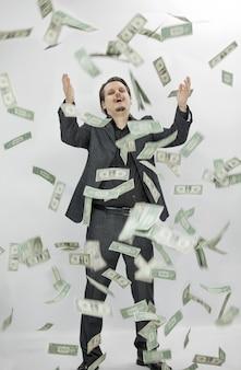 Geld in die luft werfen und glücklich sein