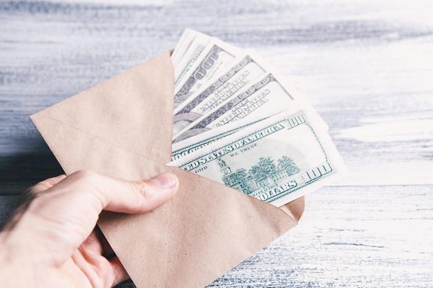 Geld in einem braunen umschlag