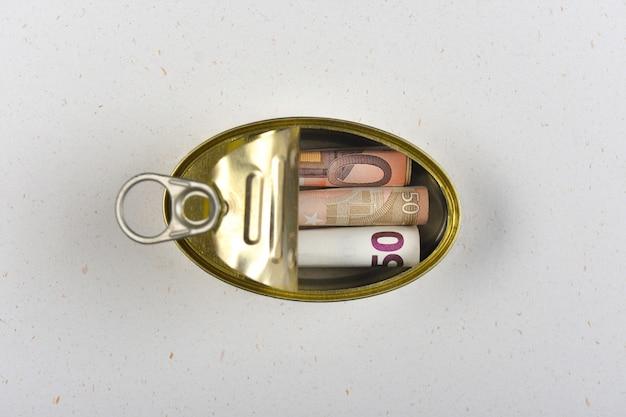 Geld in einer dose gespart