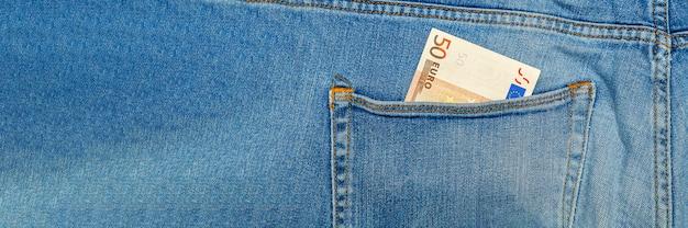 Geld in meiner jeanstasche, 50 euro in der gesäßtasche einer bluejeans. reichtum und wohlstand konzept. platz für text. platz kopieren.