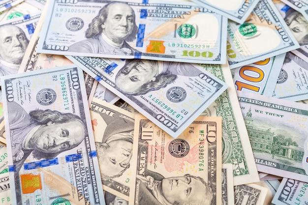 Geld lokalisiert auf einem hölzernen hintergrund