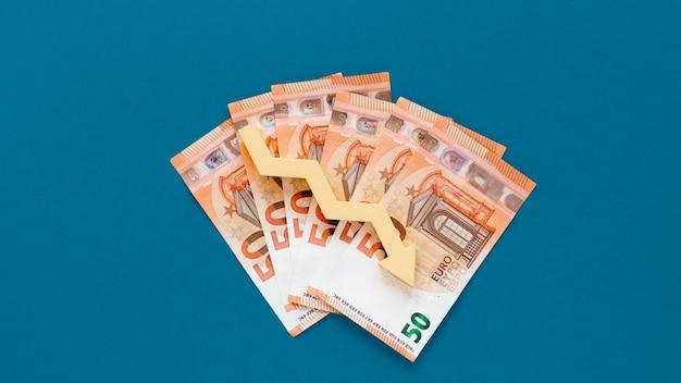 Geld mit abnehmendem pfeil