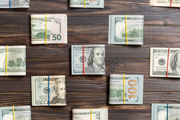 Geld mit amerikaner hundert dollarscheine auf oberseite wiev für ihren text im geschäftskonzept