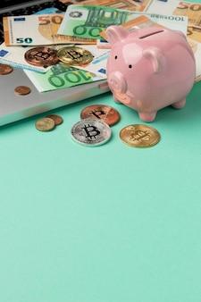 Geld mit sparschwein-arrangement