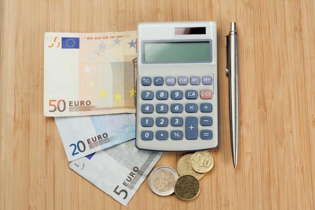 Geld mit stift und taschenrechner