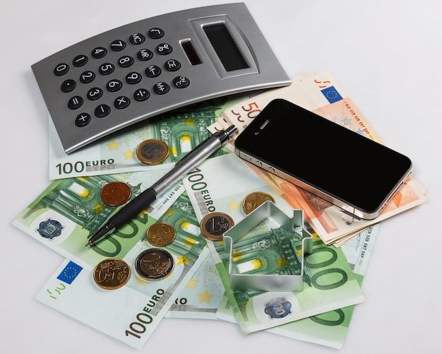 Geld, rechner und smartphone