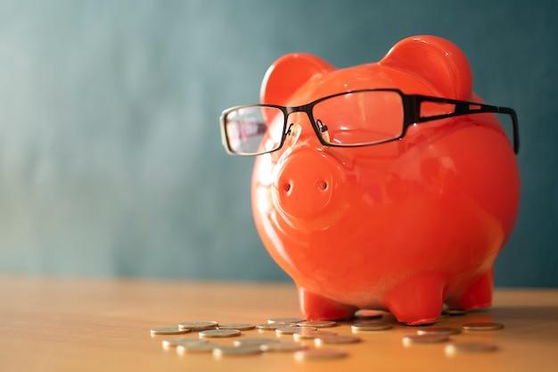 Geld sparen einsparungs- oder investitionskonzept.