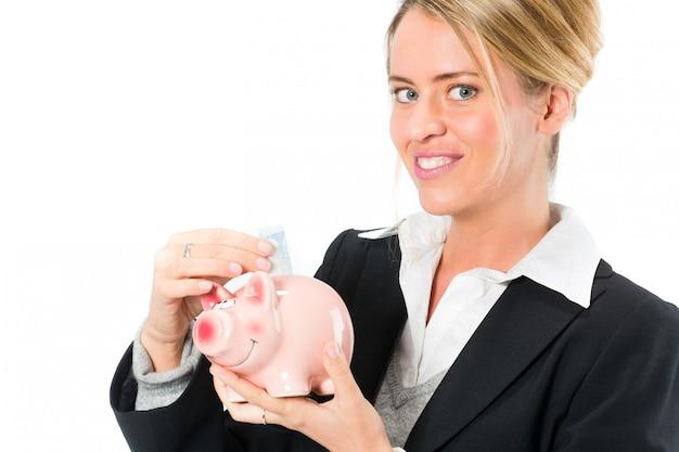 Geld sparen, frau mit einem sparschwein